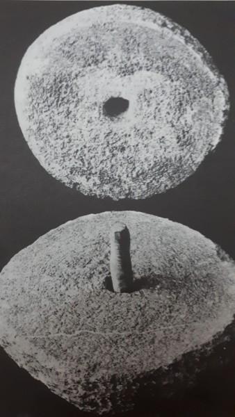 Mó com espigão no centro de movimento rotativo. Museu de Etnologia de Hamburgo